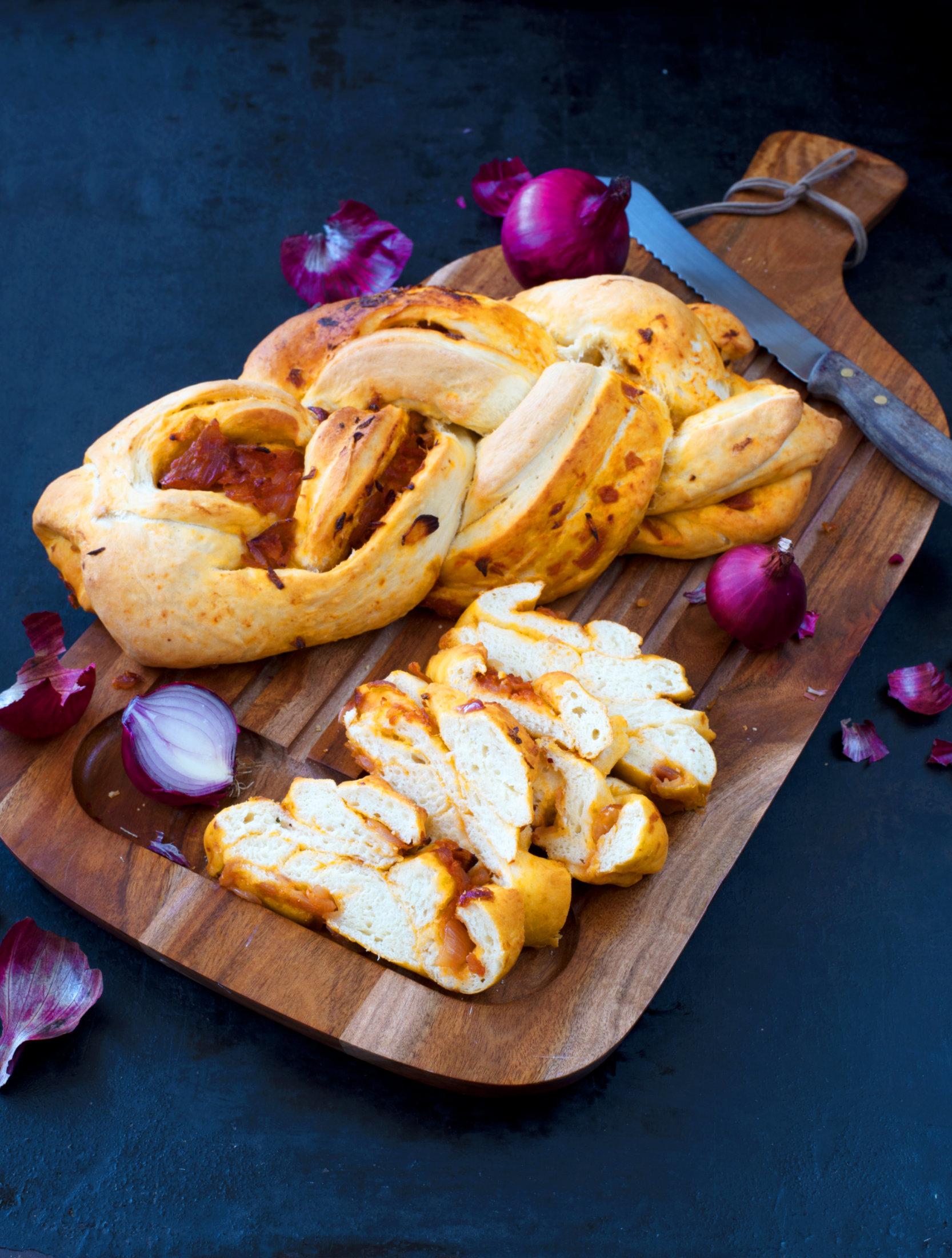 Gefülltes Zwiebel-Tomaten-Brot