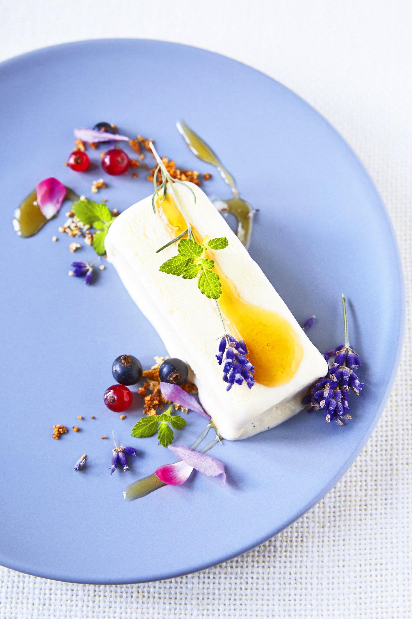Lavendel-Parfait mit Beeren und Honig