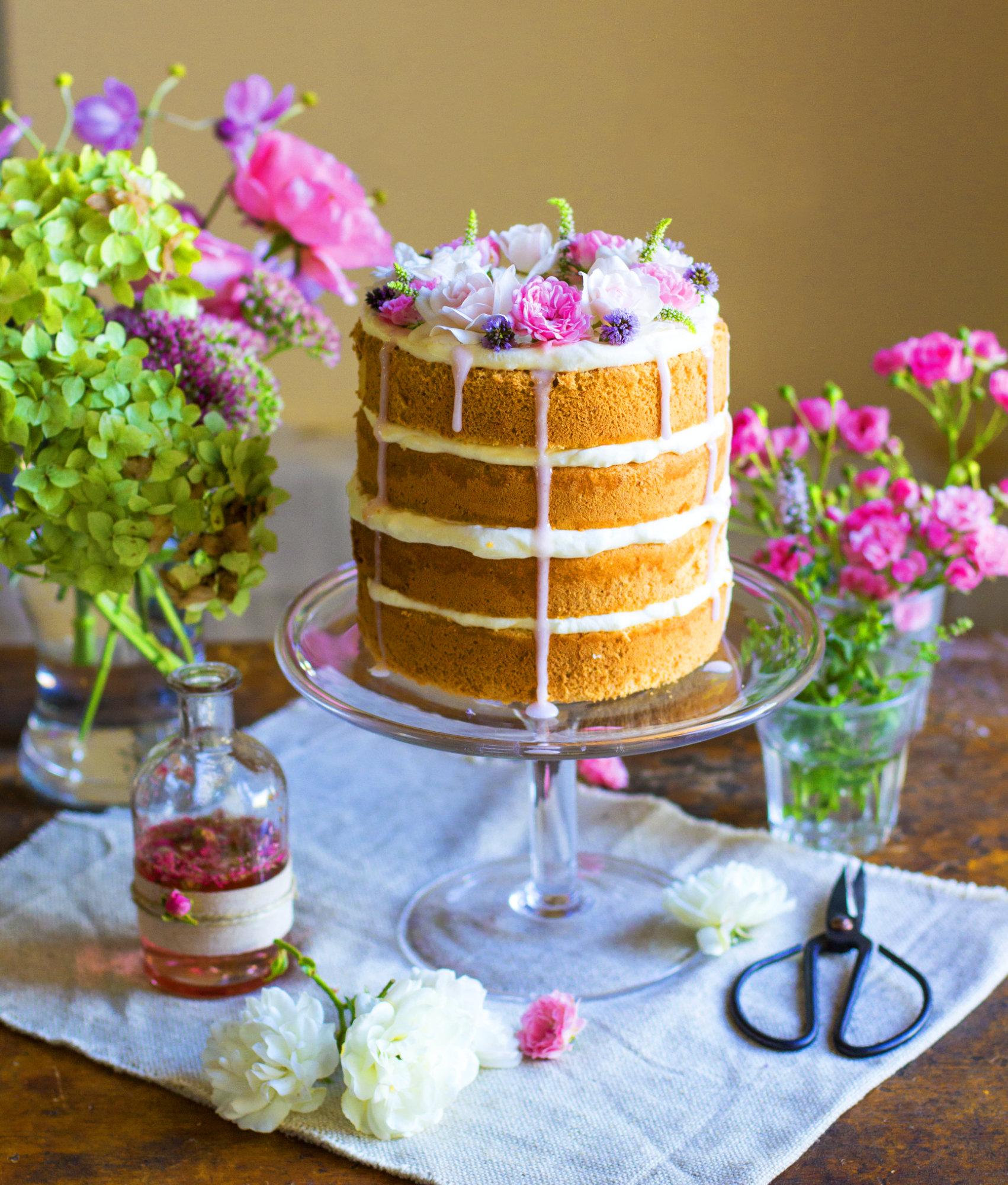 Naked Cake mit Erdbeeren und Rosensirup