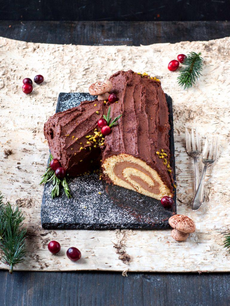Schokoladen-Ganache Buche De Noel mit Meringue-Pilzen