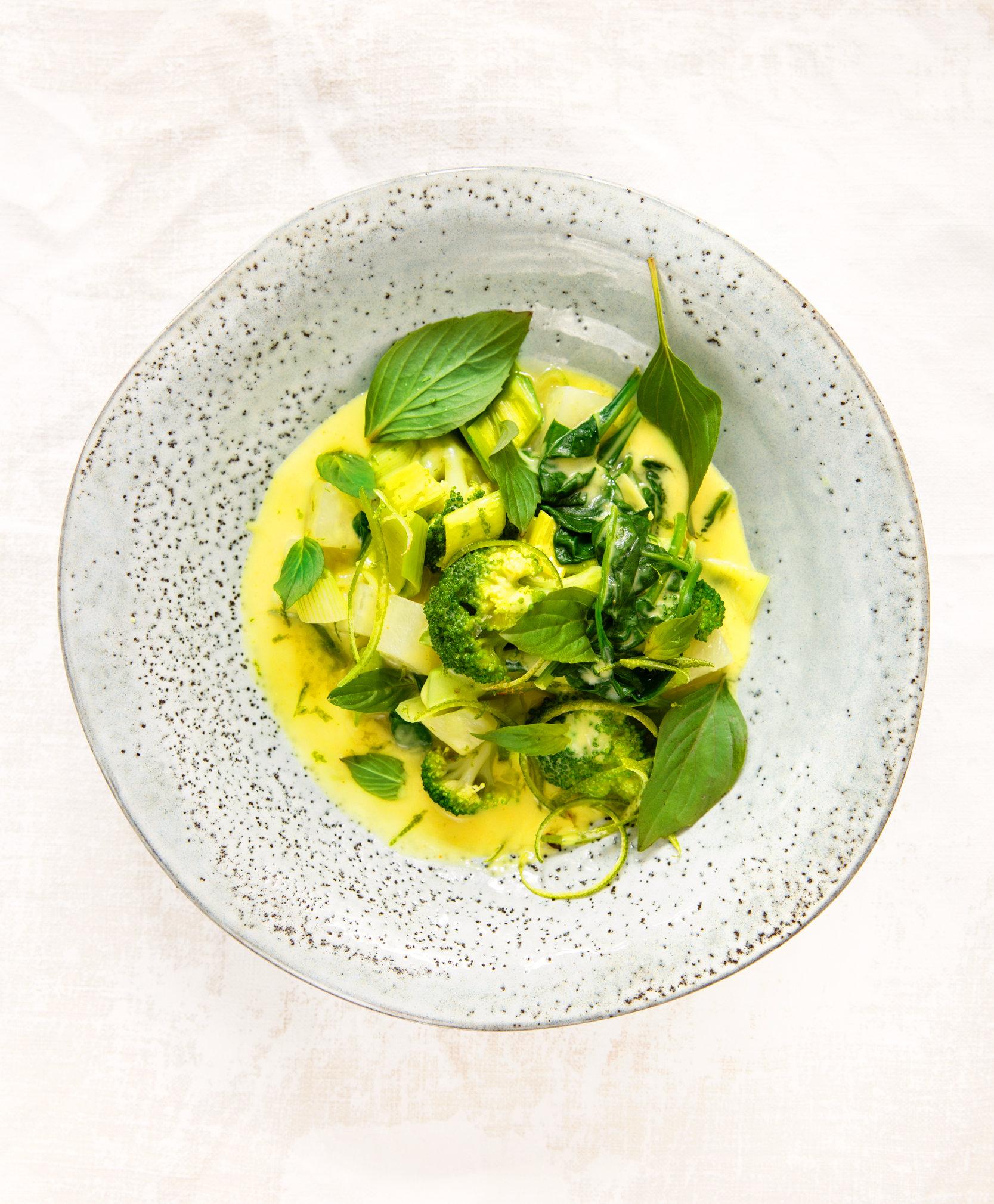 Grünes Gemüse-Curry mit Kokosmilch