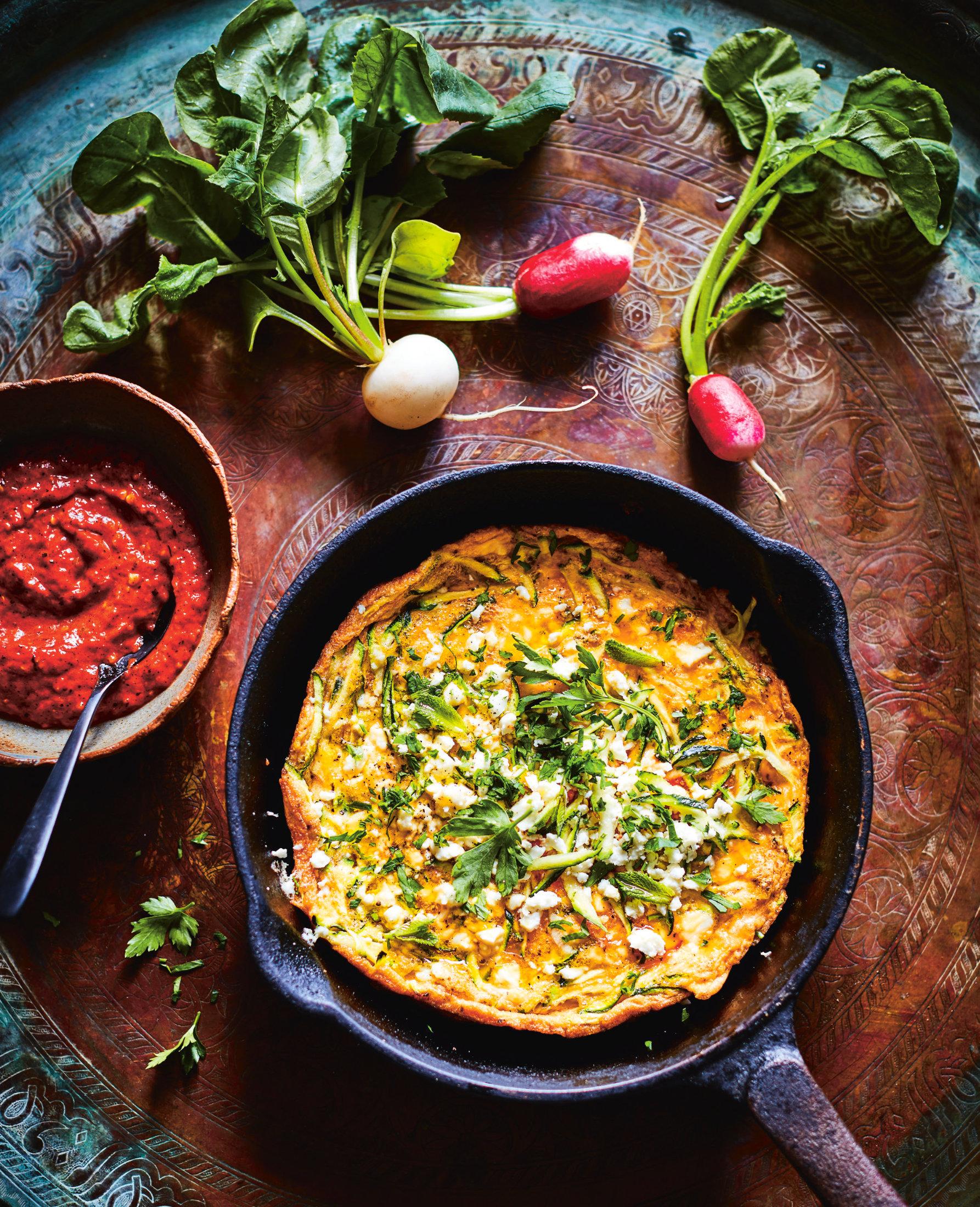 Ejjeh mit Zucchini, Feta und Dill-Loomi-Harissa